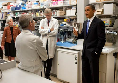 THE US PRESIDENT SPEAKING WITH DIRECTOR OF THE NIH FRANCIS COLLINS (CENTER)