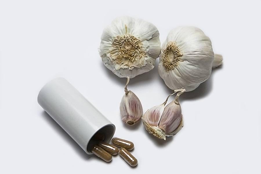 Garlic and herbal supplement pills