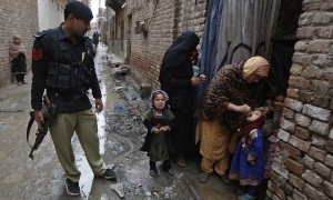 pakistan-oral-polio-vaccine-guns-300x180