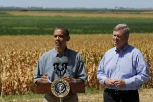 U.S. President Barack Obama talks next to U.S. Secretary of Agriculture Tom Vilsack after they tour the McIntosh family farm with the owners to view drought ridden fields of corn in Missouri Valley, Iowa, August 13, 2012.        REUTERS/Larry Downing  (UNITED STATES - Tags: POLITICS AGRICULTURE) - RTR36TGQ