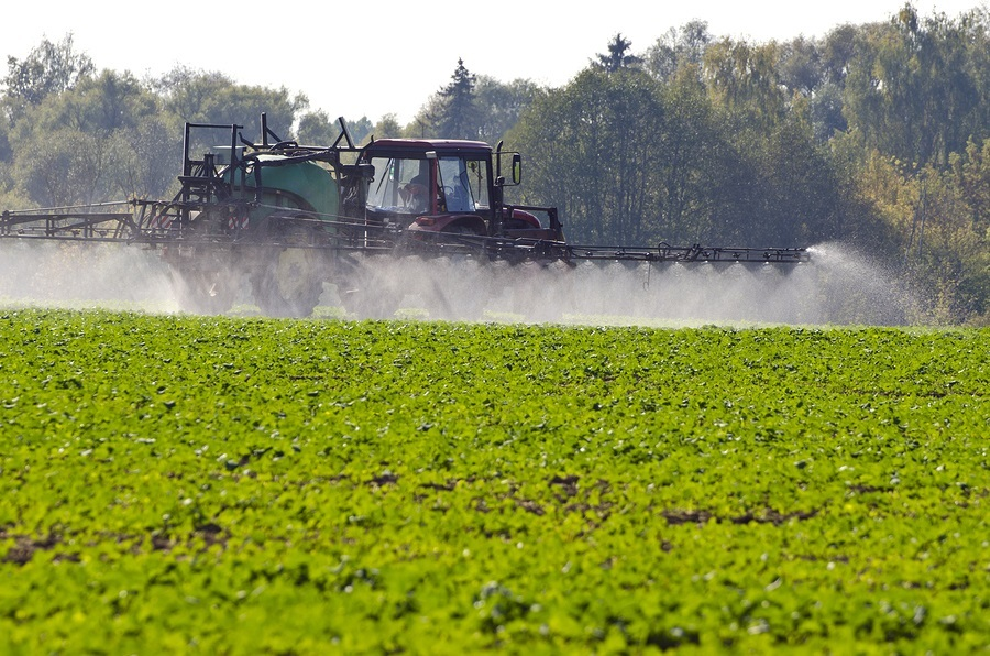 Tractor Spray Fertilize  With Insecticide Herbicide Chemicals In