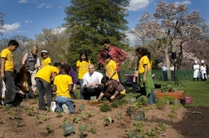 Michelle_Obama_&_Sam_Kass_show_Bancroft_students_how_to_plant_a_garden_4-9-09