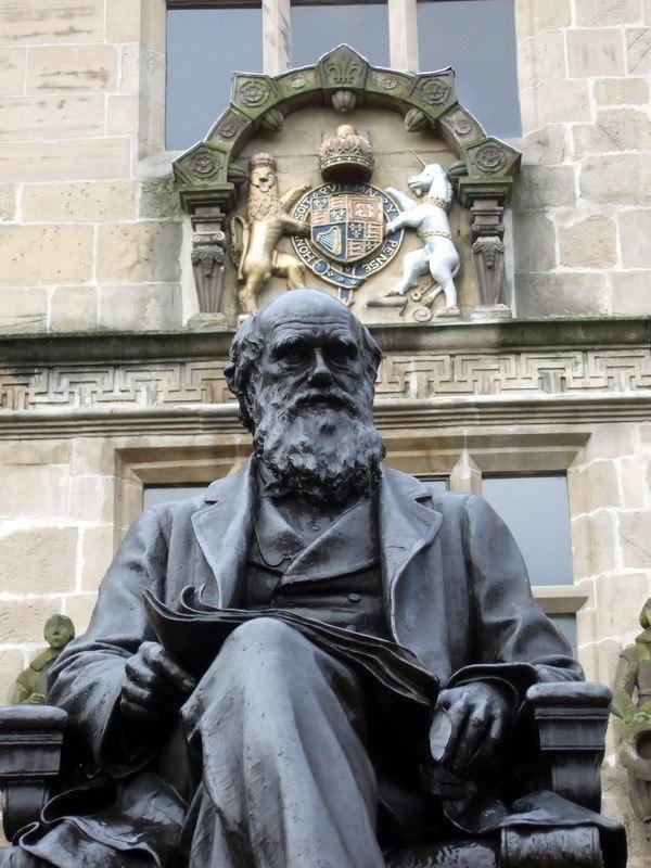 Shrewsbury's_most_famous_son_-Darwin-Statute